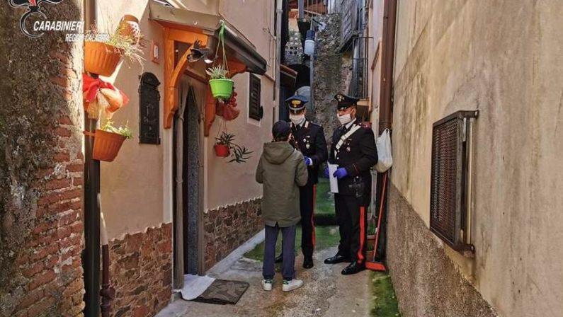 I carabinieri consegnano ai bambini di San Giorgio Morgeto i computer messi a disposizione dalla scuola