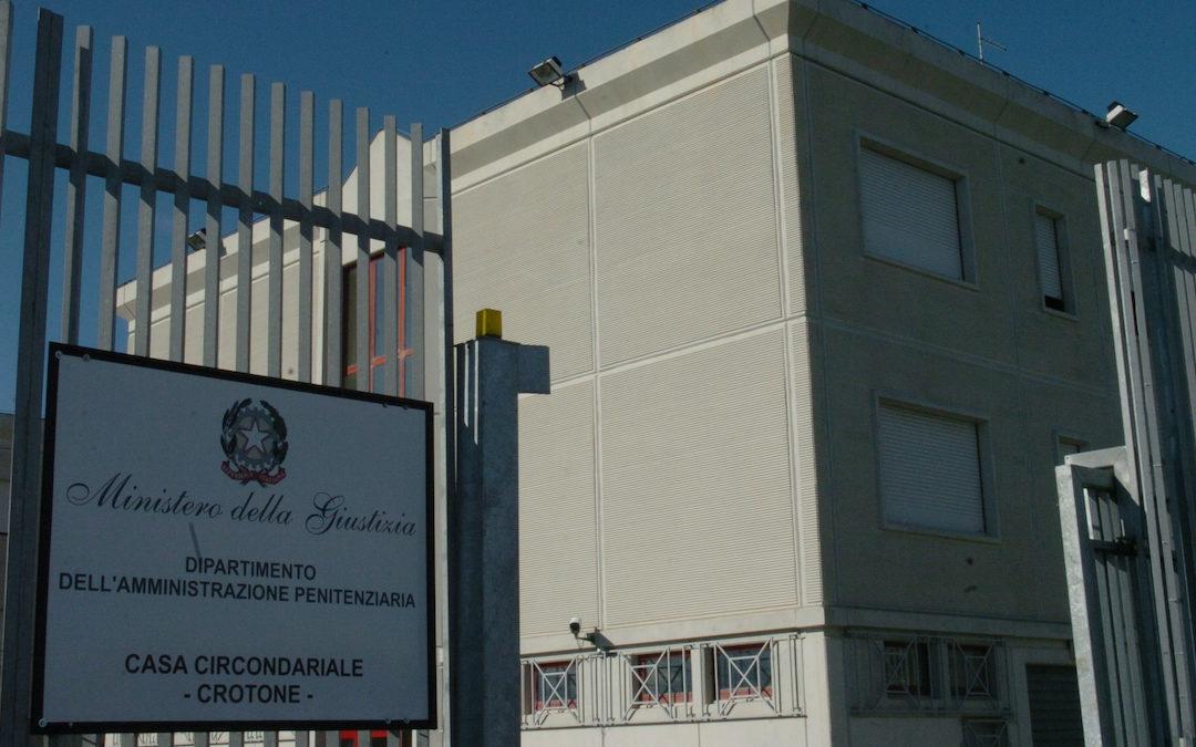 Crotone: prende a calci la porta di casa in cui si erano rifugiati moglie e figli, 38enne finisce in carcere per maltrattamenti