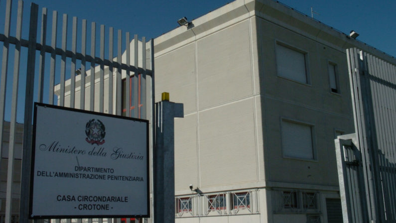 Tentano di evadere dal carcere di Crotone confondendosi coi parenti in visita: bloccati