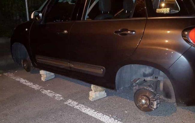 Rubavano pneumatici da un'auto in sosta, 2 giovani fermati