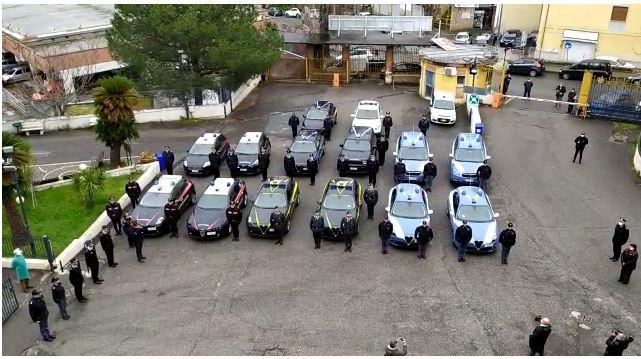 Il saluto delle forze dell'ordine ai medici impegnati contro il coronavirus all'ospedale di Cosenza