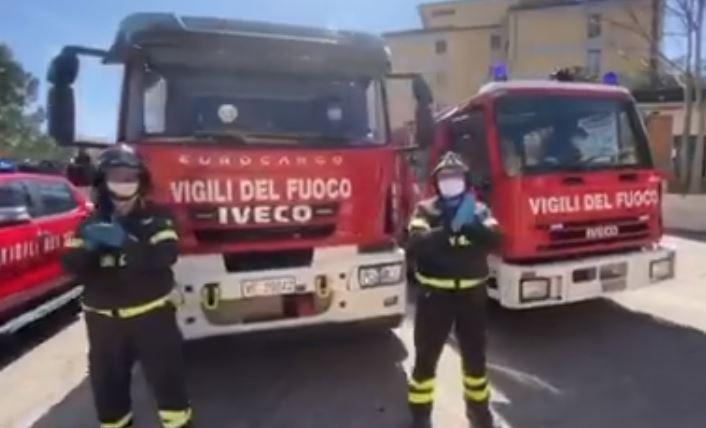 Omaggio dei vigili del fuoco ai medici dell'ospedale di Cosenza impegnati alla lotta contro il coronavirus VIDEO