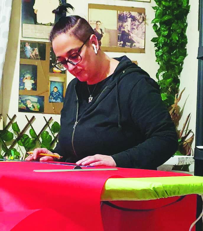 Ecco le borse autocertificate, l'idea di Anna Lucia D'Aloia su come riciclare tanti fogli di carta