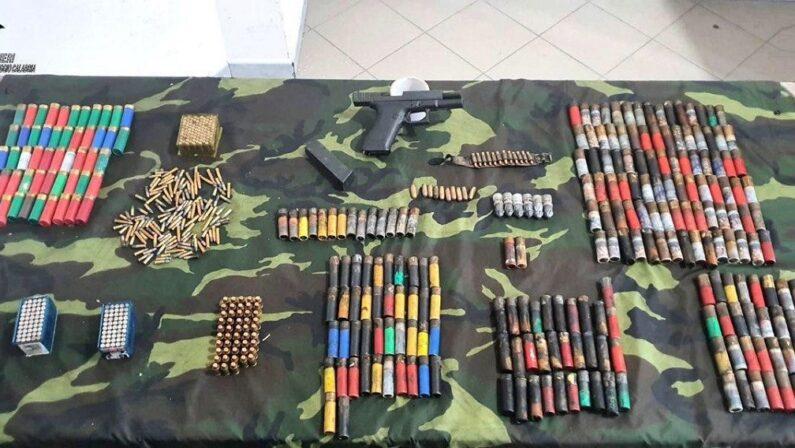 Un bunker e una pistola con cartucce scoperte dai carabinieri nelle campagne del Reggino