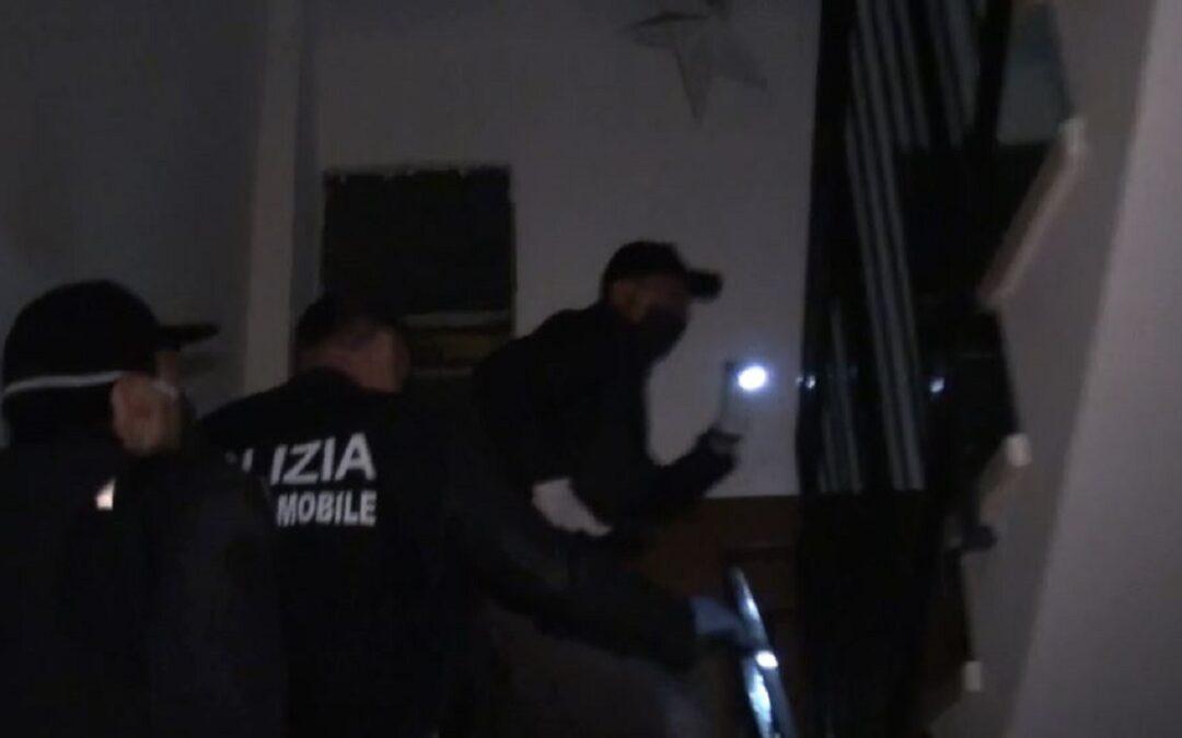 Una fase degli arresti nelle immagini della Polizia