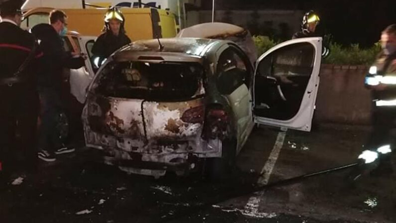 Vibo Valentia, un incendio distrugge l'auto del parroco di San Giuseppe
