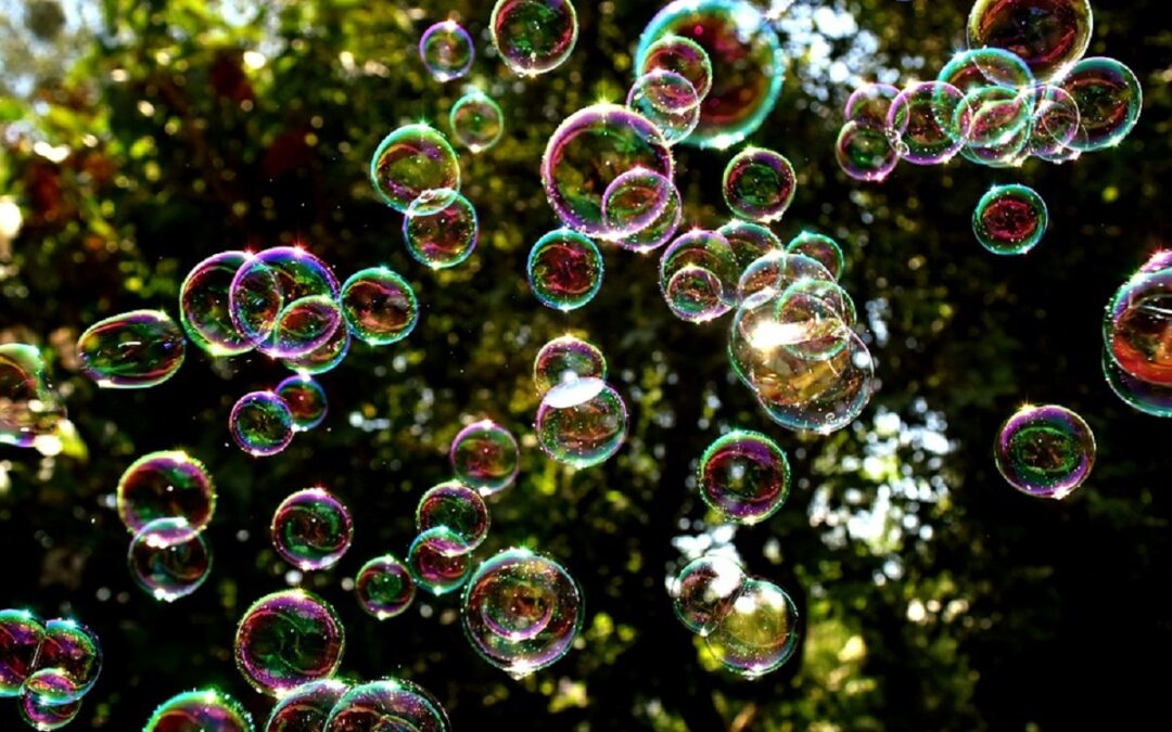 I supereroi che soffiano via il virus: oggi la coloratissima manifestazione a base di bolle di sapone