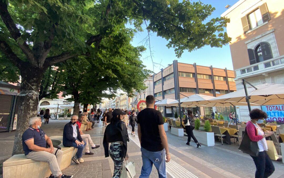 Il passeggio di ieri su corso Mazzini, il centro di Cosenza