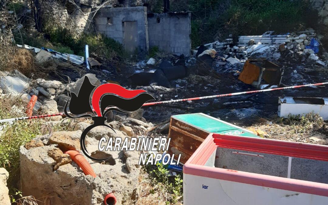 Giugliano: discarica abusiva in un casolare abbandonato, lastre di eternit tra i rifiuti