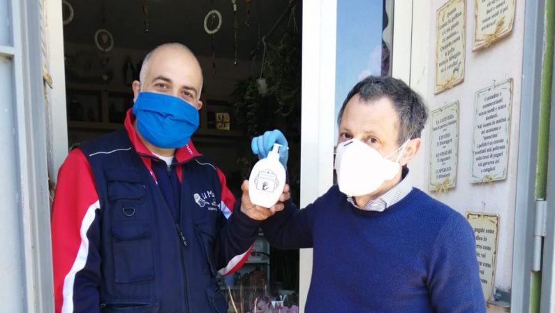 Coronavirus, il farmacista prepara l'igienizzante e lo regala a tutte le attività commerciali. L'iniziativa ad Acquaro nel vibonese
