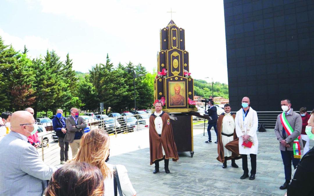 Il tempietto di San Gerardo portato davanti al San Carlo (FOTO MATTIACCI)
