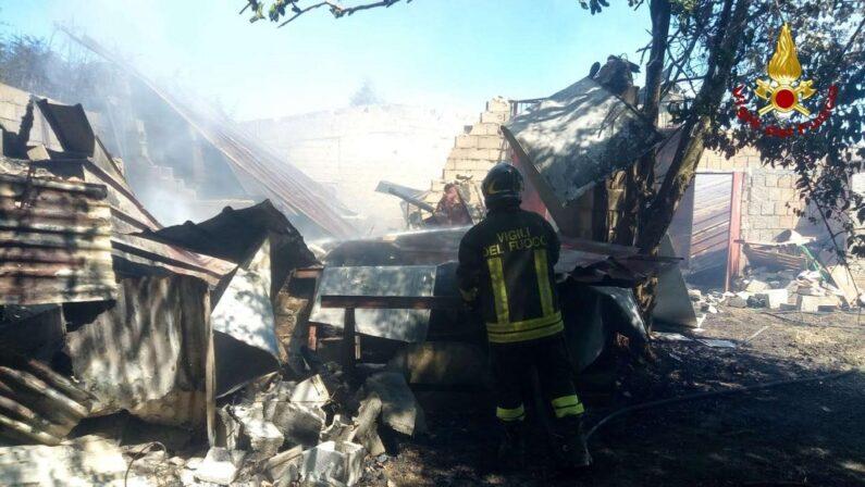 Capannone agricolo in fiamme in provincia di Vibo Valentia