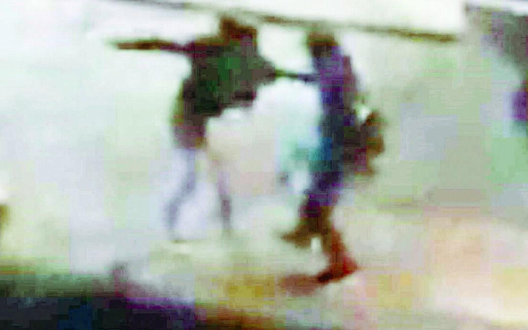 La donna strattonata durante il pestaggio per strada a Matera (frame del video ripreso da una finestra)