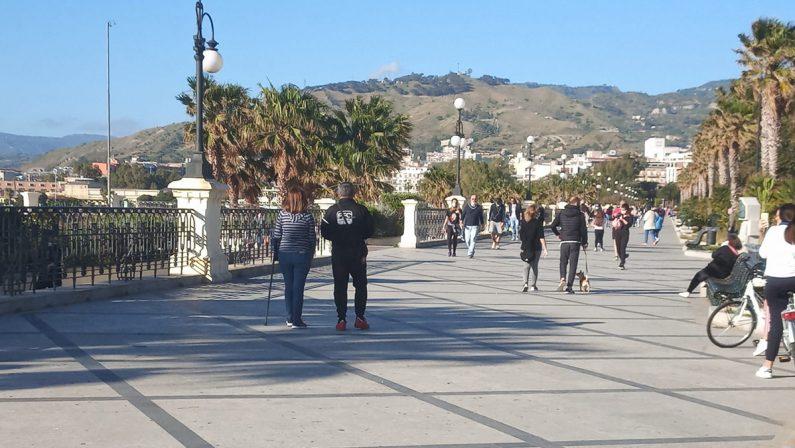 Due ragazzi sorpresi a fare sesso in spiaggia tra la gente, denunciati a Reggio Calabria