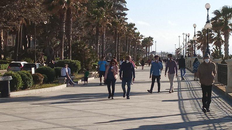 Coronavirus in Calabria, il lungomare di Reggio Calabria si riempie di persone nel primo giorno della Fase 2