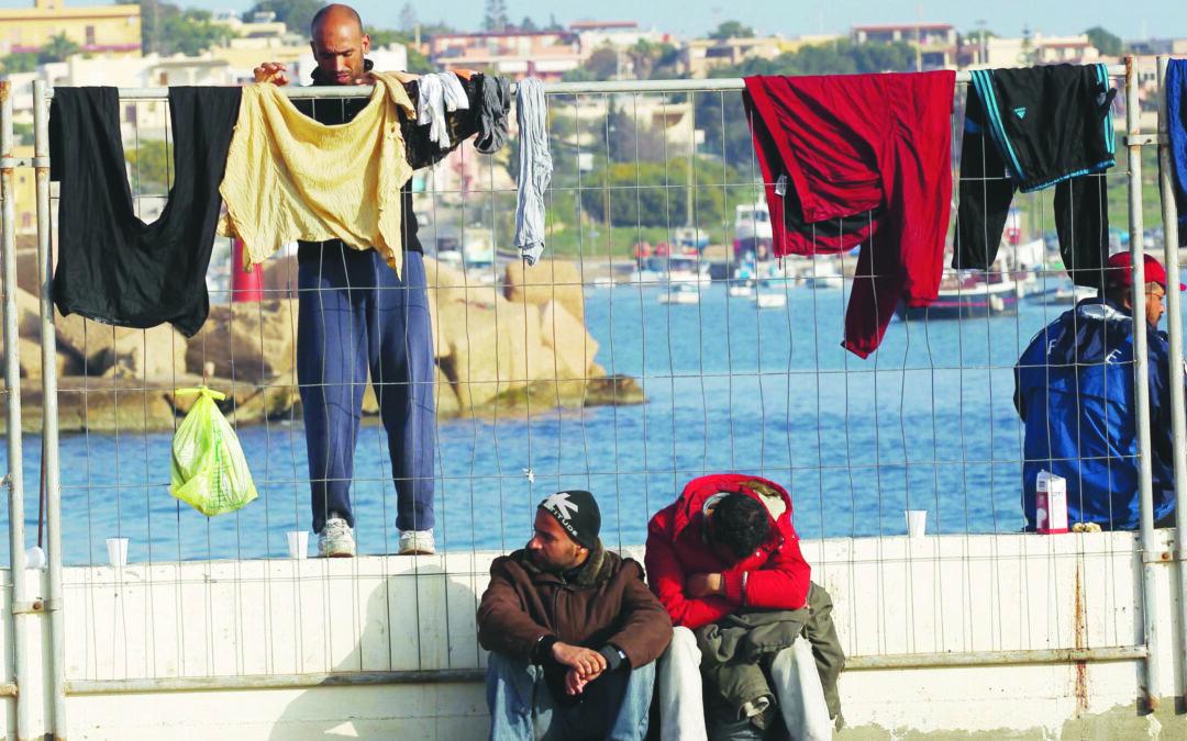 Turisti, le sette vite di Lampedusa e le amnesie dello Stato patrigno