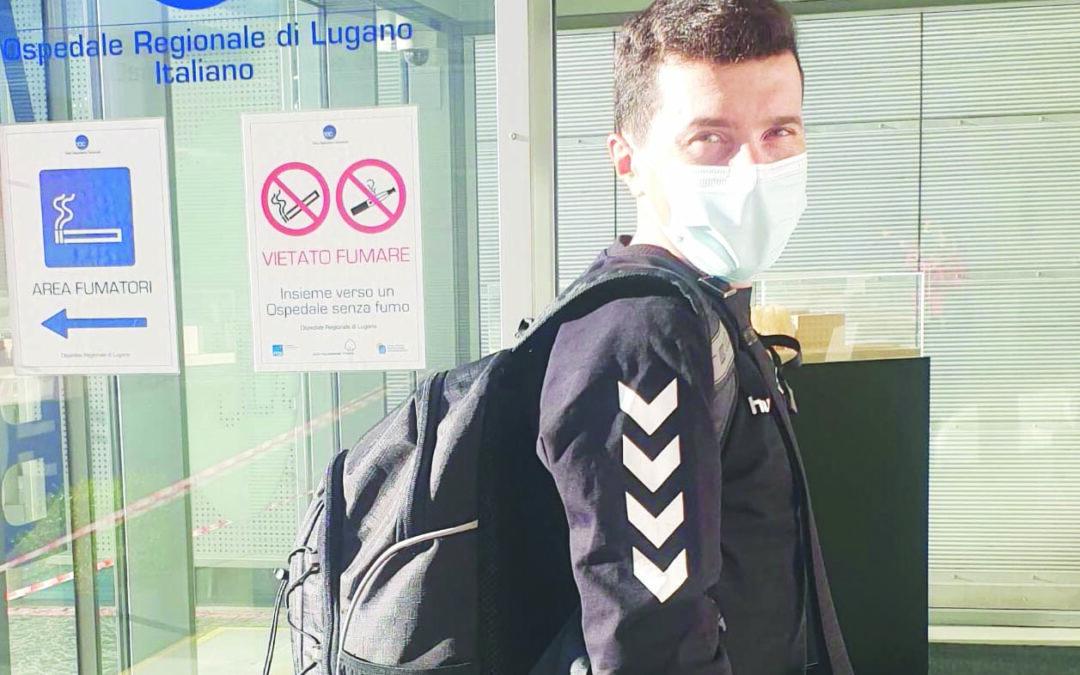 Pozzovivo ieri mattina all'ingresso dell'ospedale di Lugano