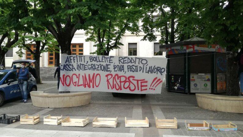 """Protesta gruppo """"PrendoCasa"""" a Cosenza, polizia blocca tentativo di ingresso in Prefettura - VIDEO"""