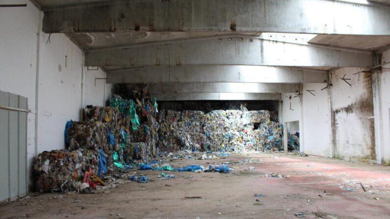 Rifiuti tossici scoperti in una vasta area della zona industriale di Vibo Valentia: disposto il sequestro