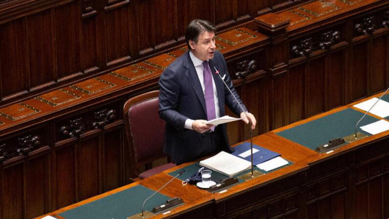 Autocertificazioni contro la burocrazia, Conte sferra l'attacco alle banche
