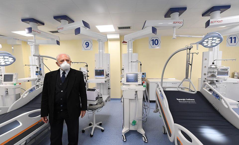 Vincenzo De Luca in un ospedale