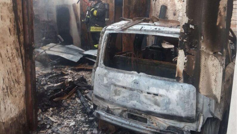 Incendio in un box auto nel Vibonese: distrutta un'auto e diverse attrezzature agricole