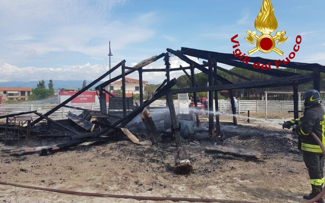 Lo stabilimento distrutto dalle fiamme