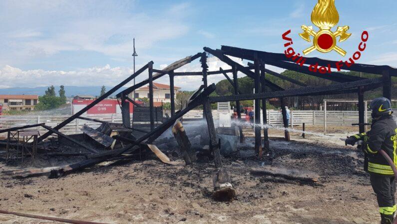 Incendio distrugge uno stabilimento balneare nel Catanzarese, indagini sulle cause