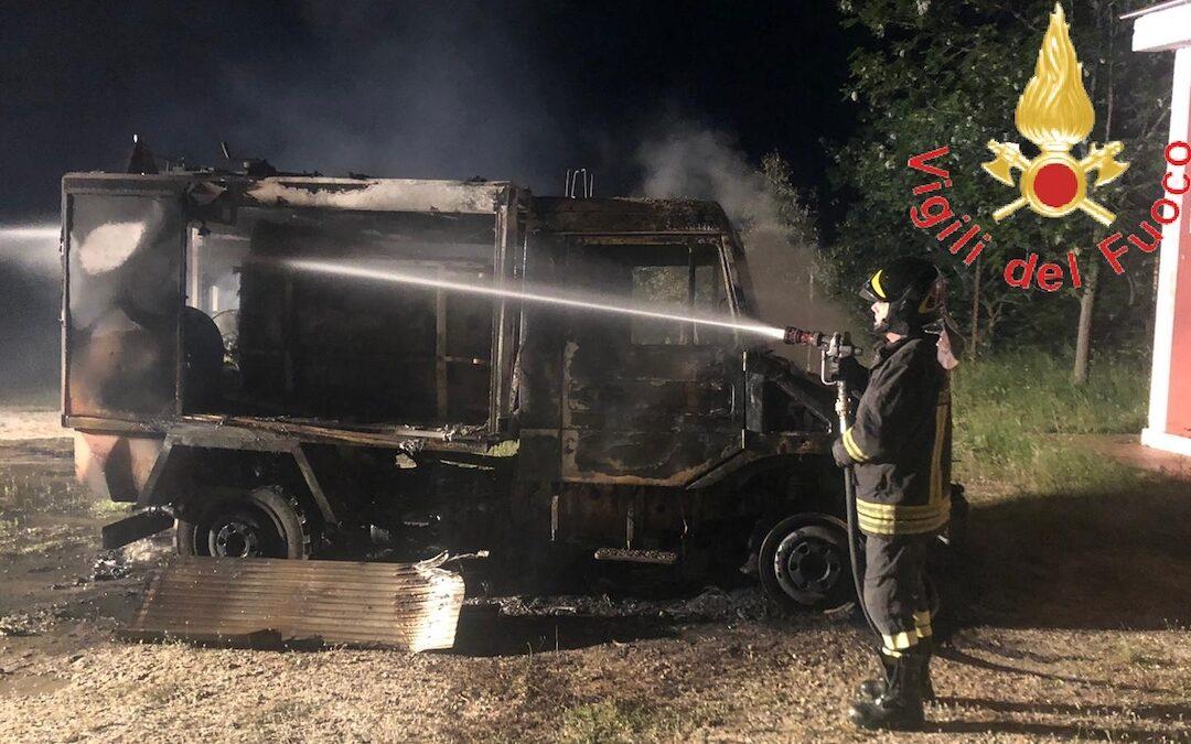 In fiamme un mezzo di Calabria Verde nel Soveratese, non si esclude l'origine dolosa dell'incendio