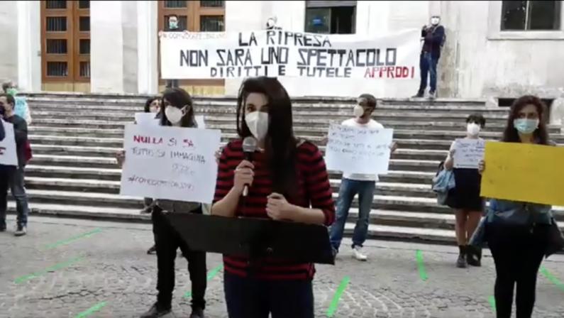I lavoratori dello spettacolo in piazza a Cosenza: «Il 90% di noi resterà a casa» - VIDEO