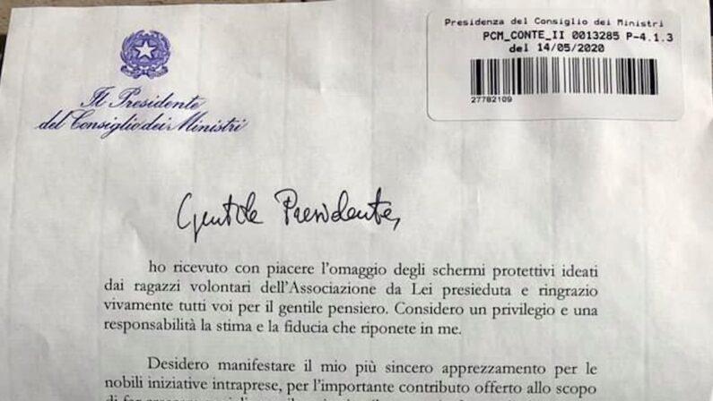 """L'associazione """"Valentia"""" invia un regalo a Conte, il premier risponde: «Commosso da gesti di abnegazione e generosità»"""