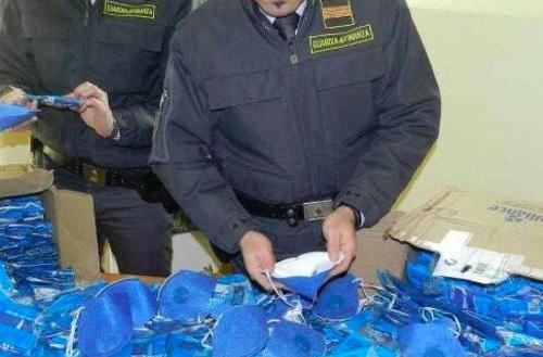 Guardia di Finanza sequestra nel Casertano oltre 70mila mascherine