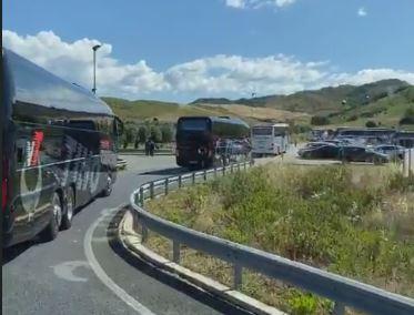 Regione invasa dagli autobus: la protesta di 50 aziende di trasporto travolte dalla crisi - VIDEO