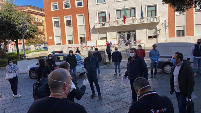 Fase 2, a Crotone la protesta dei commercianti: consegnate le chiavi al Comune