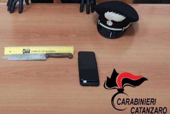 Rapina in pieno centro a Catanzaro: punta il coltello per rubare un cellulare e 25 euro, arrestato