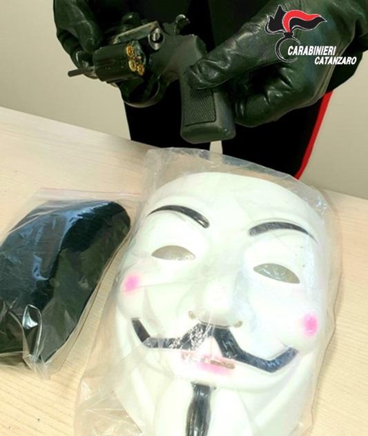 Rapina in maschera a casa di una donna a Lamezia, individuati i complici