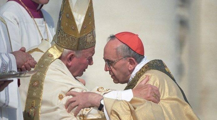 Papa Francesco celebra San Giovanni Paolo II, «uomo di preghiera, vicinanza e giustizia»