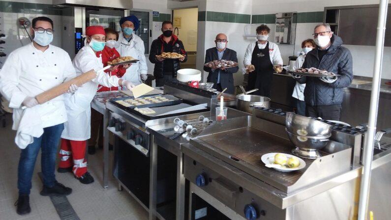 Vibo Valentia, per la Festa della Mamma gli studenti cucinano 260 pasti per le famiglie in difficoltà