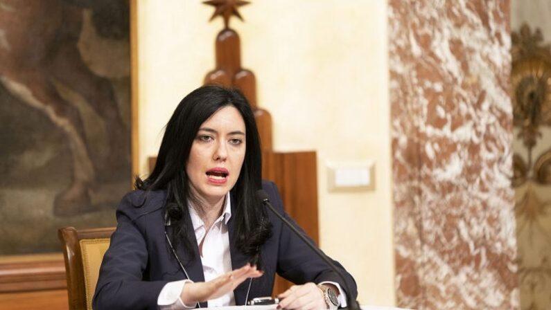 Scuola, il ministro Azzolina: «L'obiettivo è tornare in classe in presenza»