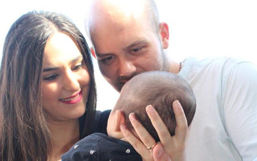 La giovane coppia di Nicotera tiene in braccio il piccolo Francesco