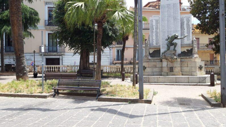 Accoltellato in piazza nel giorno della festa patronale, individuato assalitore