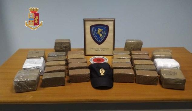 In auto con 20 chili di hashish, arrestato in autostrada nel Catanzarese