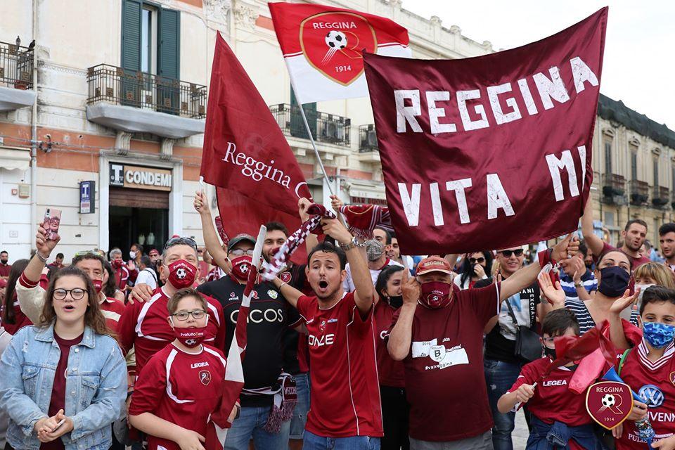 FOTO – La Reggina torna in Serie B, la festa per le strade