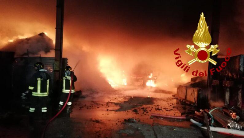 In fiamme due aziende nel Catanzarese, incendi in autodemolizione e ditta rifiuti. Controlli per l'ambiente - FOTO E VIDEO