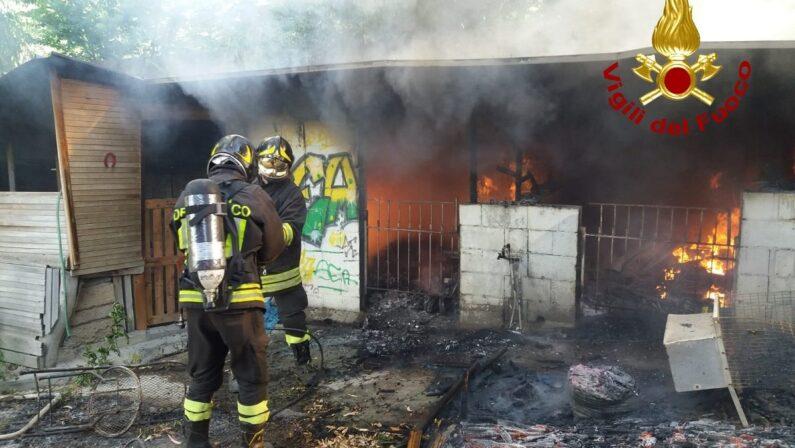 Catanzaro, bruciata in un incendio una struttura in legno nella zona sud della città