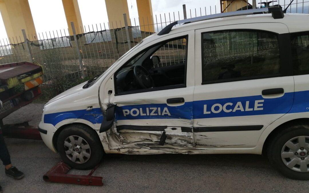 L'auto dei vigili urbani coinvolta nell'incidente