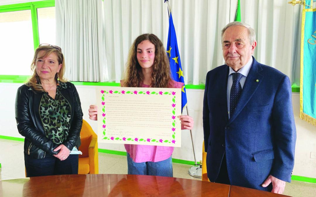 Nicole Piccininni di 9 anni tra l'insegnante Tonia Paolicelli e il sindaco Raffaello De Ruggieri