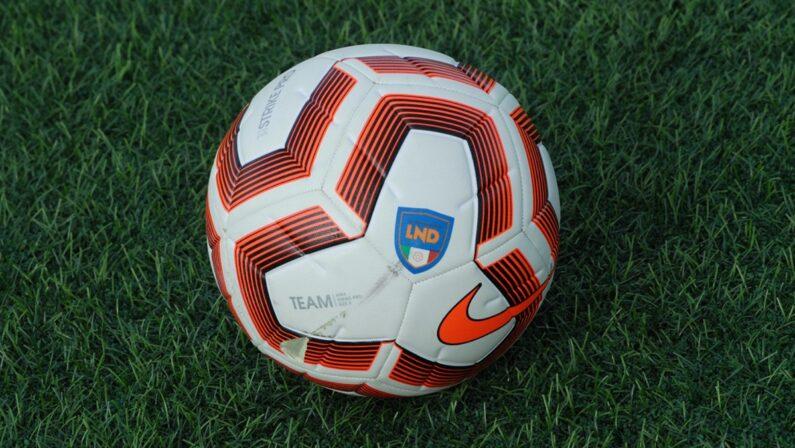 Abbonamenti e mercato, il Covid sta bucando il pallone ai club