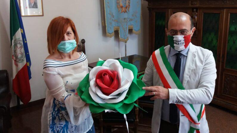 Mileto, una rosa tricolore per rappresentare la rinascita della Nazione, l'omaggio di un'artista alla comunità