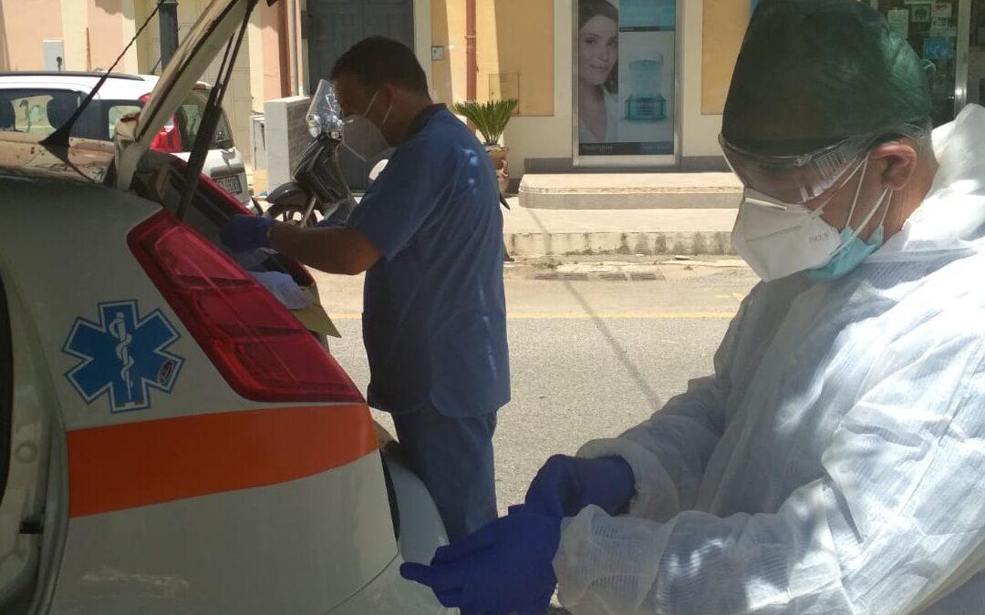 I tecnici dell'Asp al lavoro per effettuare dei tamponi a Nicotera